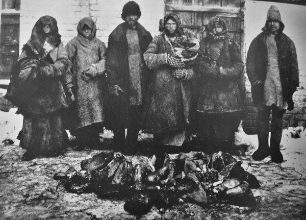 Nowa Polityka Ekonomiczna i częściowe urynkowienie gospodarki rosyjskiej pozwoliło na zmniejszenie głodu. Na zdjęciu z 1921 roku widać 6 wieśniaków obok zwłok, które jedli.