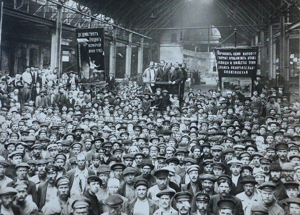 Spotkanie robotników w piotrogrodzkiej Fabryce Putiłowskiej w 1920 roku.
