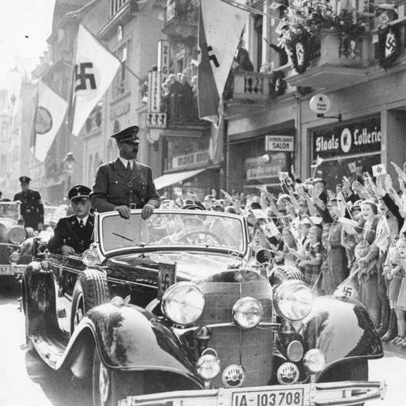 Adolf Hitler w kabriolecie Mercedes Benz 770K przed wiwatującymi tłumami w Monachium we wrześniu 1938 roku.
