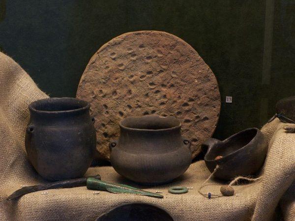 Jak pokazuje praktyka, inne kraje potrafiły wypracować system jasnych reguł tak, aby detektoryści i archeolodzy nie wchodzili sobie w drogę, a przeciwnie - wzajemnie sobie pomagali. Czy w Polsce również jest to możliwe? Na zdjęciu zabytki kultury łużyckiej znalezione podczas wykopalisk. Dziś znajdują się w jednym z muzeów w Bielsku-Białej.