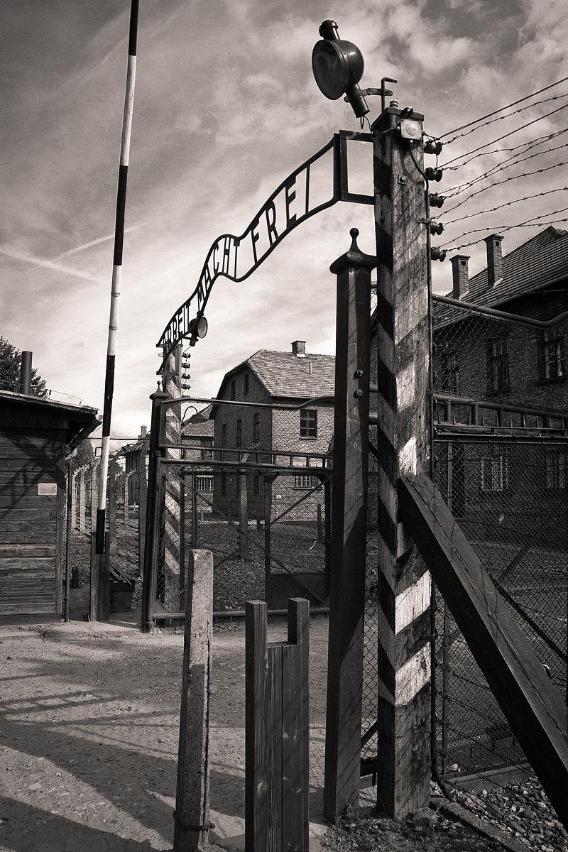 Auschwitz I, brama główna. Zdjęcie z 2011 roku.
