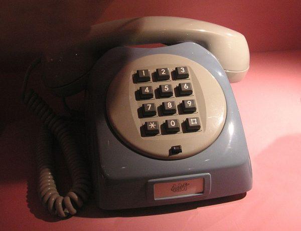 Współcześni nastolatkowie nie pamiętają jak wyglądały stacjonarne telefony. Młodzież żyjąca w PRL-u czasem nawet i na takie rarytasy nie mogła sobie pozwolić. Na ilustracji telefon z 1969 r.
