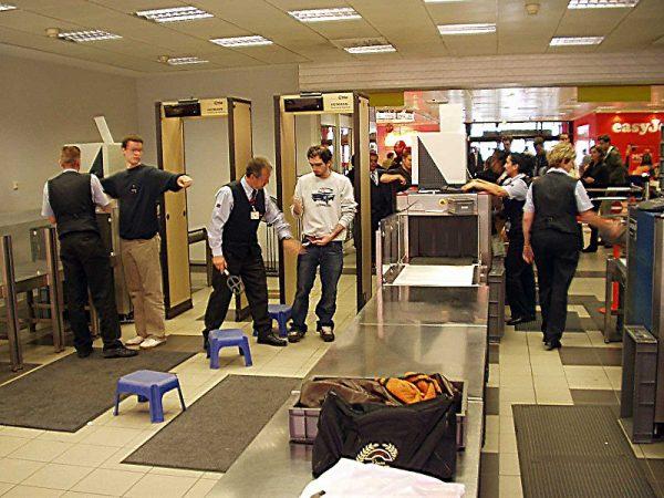 Wykrywacz metalu to urządzenie, które wykorzystuje indukcję elektromagnetyczną do wykrywania metalu w różnych obiektach oraz pod ziemią. Istnieją również detektory statyczne, znajdujące się głównie w więzieniach lub na lotniskach. Na zdjęciu wykrywacze metali na jednym z niemieckich lotnisk (Berlin).