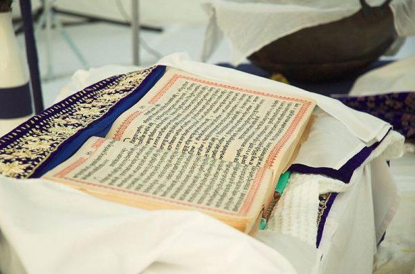 Święta księga Sikhów, uważana także za jedenastego guru - Guru Granth Sahib - zawiera wiele postulatów dotyczących równego traktowania kobiet.