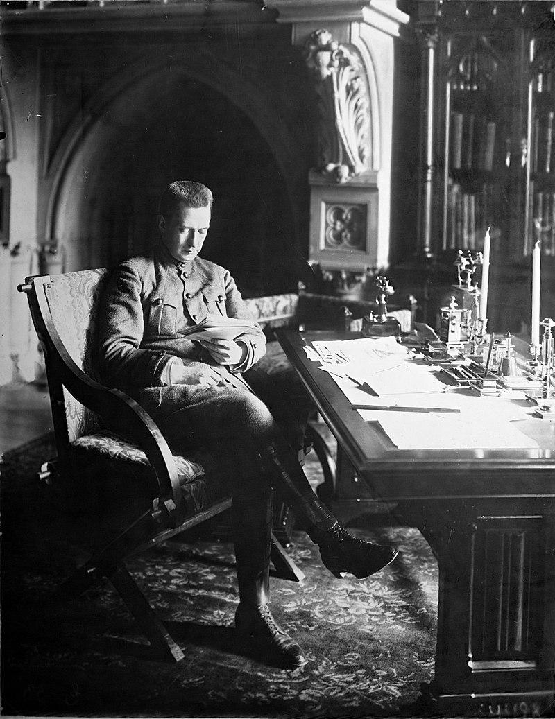 """Po rewolucji lutowej Aleksandr Kiereński został premierem Rządu Tymczasowego w Rosji. Obalony przez bolszewicki przewrót, zbiegł do Pskowa, gdzie bezskutecznie próbował zebrać opozycyjną armię. Pod koniec życia bezskutecznie próbował wrócić do ZSRR. Napisał """"Pamiętniki"""", książkę o październikowej rewolucji."""