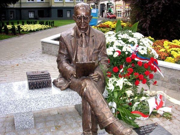 Marian Rejewski stał się w rodzinnej Bydgoszczy prawdziwym bohaterem. Jego pomnik odsłonięto w 2005 roku, w stulecie jego urodzin.