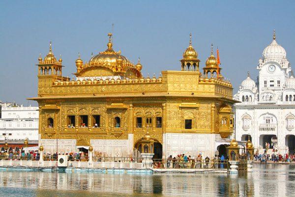 Gurdwara (świątynia) w Armitsarze, nazywana Złotą Świątynią, to najświętsza świątynia Sikhów.