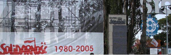 """W końcu """"Solidarność"""" wygrała. PRL upadł. Ale czy na pewno? Wiele z osób sprawujących władzę w nowym państwie rekrutowała się z byłych działaczy PZPR."""