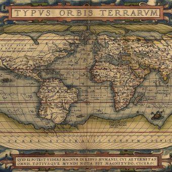Podróż dookoła świata to okazja do poznania wielu nowych kultur. Co dopiero, kiedy wybiera się w nią wybitny historyk...