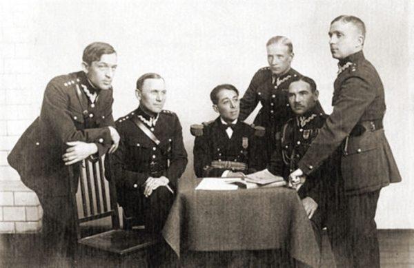 Jako pierwsi w Polsce łamaniem szyfru Enigmy zajęli się oficerowie z Biura Szyfrów, na czele z podpułkownikiem Maksymilianem Ciężkim (na zdjęciu po prawej).