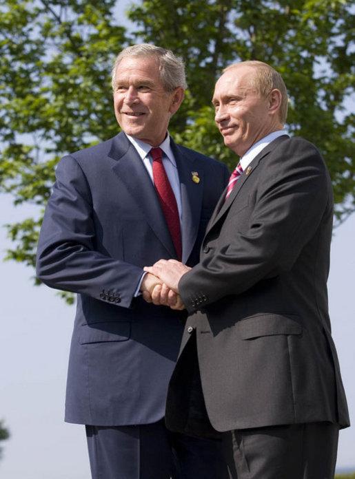 W świetle dzisiejszych wydarzeń nie ma już wątpliwości, że Rosja to kraj, który nie szanuje zasad demokracji. Na zdjęciu spotkanie prezydentów Władimira Putina i Georga W. Busha w 2007 roku.