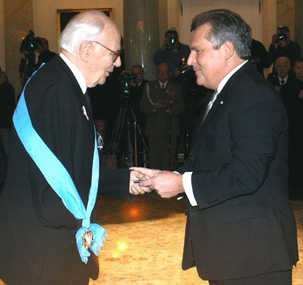 Jerzy Kłoczowski podczas wręczenia mu Orderu Orła Białego w 2004 roku.