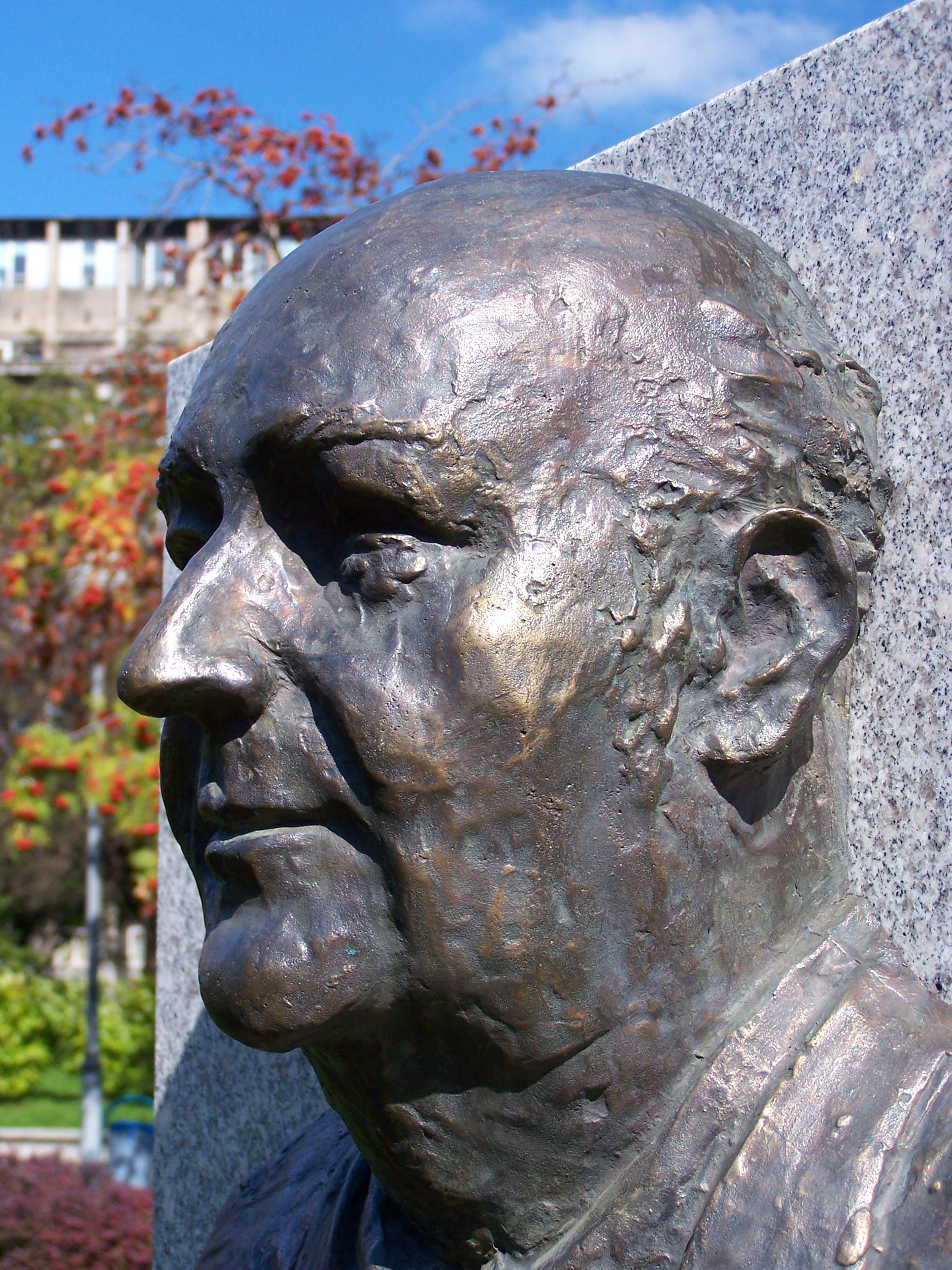Popiersie Wilhelma Szewczyka w Galerii Artystycznej na placu Grunwaldzkim w Katowicach.