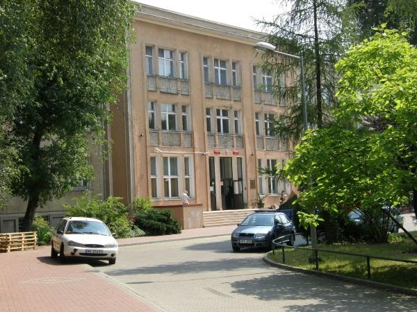 LVI Liceum Ogólnokształcące im. Leona Kruczkowskiego (fot. Kleszczu, lic. GFDL)
