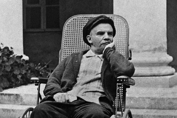 Lenin przez NEP potwierdził swoje zwycięstwo nad opozycją. Zdjęcie z 1923 roku, wykonane w Gorkach.