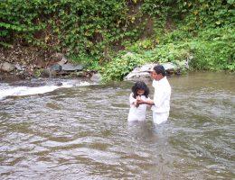 Mormoński chrzest w Panamie. (fot. Young in Panama, lic. CCA 2.0 Generic)