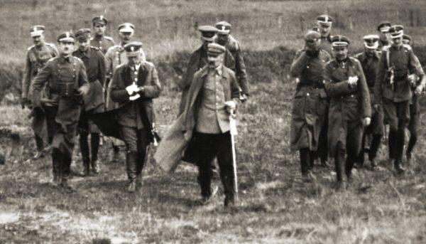 Józef Piłsudski ze sztabem, wiosna 1920. To on odbierał gratulacje i to jemu przypisuje się zasługi podczas wojny polsko-bolszewickiej. Za zwycięstwa odpowiadali jednak żołnierze, których opisał w swoich wspomnieniach Lepecki.