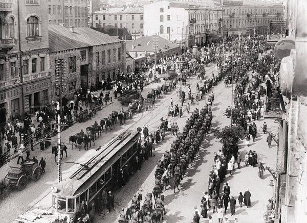 Oddziały polskie i ukraińskie wkraczają do Kijowa. Na zdjęciu ulica Wielka Włodzimierska.