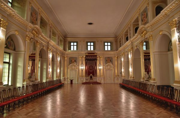 Zgodnie z postanowieniami artykułów henrykowskich, sejm walny zwoływany był co dwa lata. Często obradowano w Sali Senatorskiej na Zamku Królewskim w Warszawie. Niestety, od połowy XVII wieku coraz więcej posiedzeń kończyło się zerwaniem obrad.