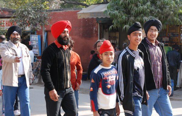 Mimo formalnego równouprawnienia, wśród Sikhów turban pozostaje atrybutem męskim. Na jego noszenie decyduje się bardzo niewiele kobiet.