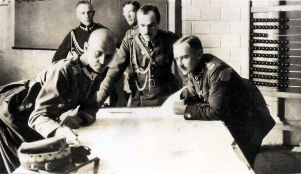 Sikorski ze sztabem 5. Armii w czasie bitwy warszawskiej 1920 (fot. domena publiczna)