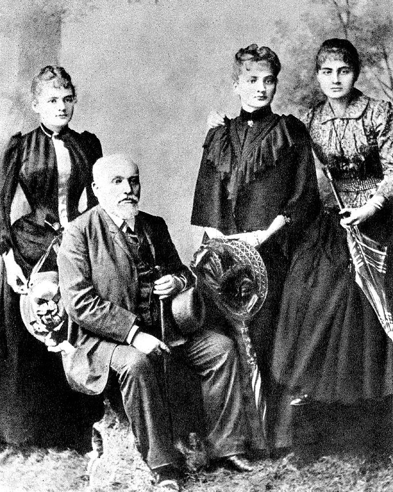 Marii Skłodowskiej-Curie nie trzeba nikomu przedstawiać. Pisząc książkę o niezwykłych Polkach nie można jej nie uwzględnić. Na zdjęciu Władysław Skłodowski oraz, od lewej - Maria, Bronisława i Helena ok. 1890 roku.