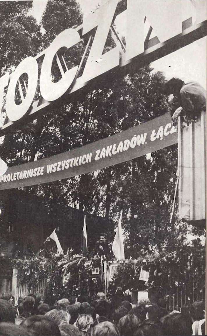 """Brama Stoczni Gdańskiej w czasie strajku w sierpniu '80 roku. Tłum na zdjęciu może wskazywać na szerokie poparcie rodzącej się """"Solidarności"""". Wielu jednak wolało spokój od ryzyka i aktywnego buntu."""