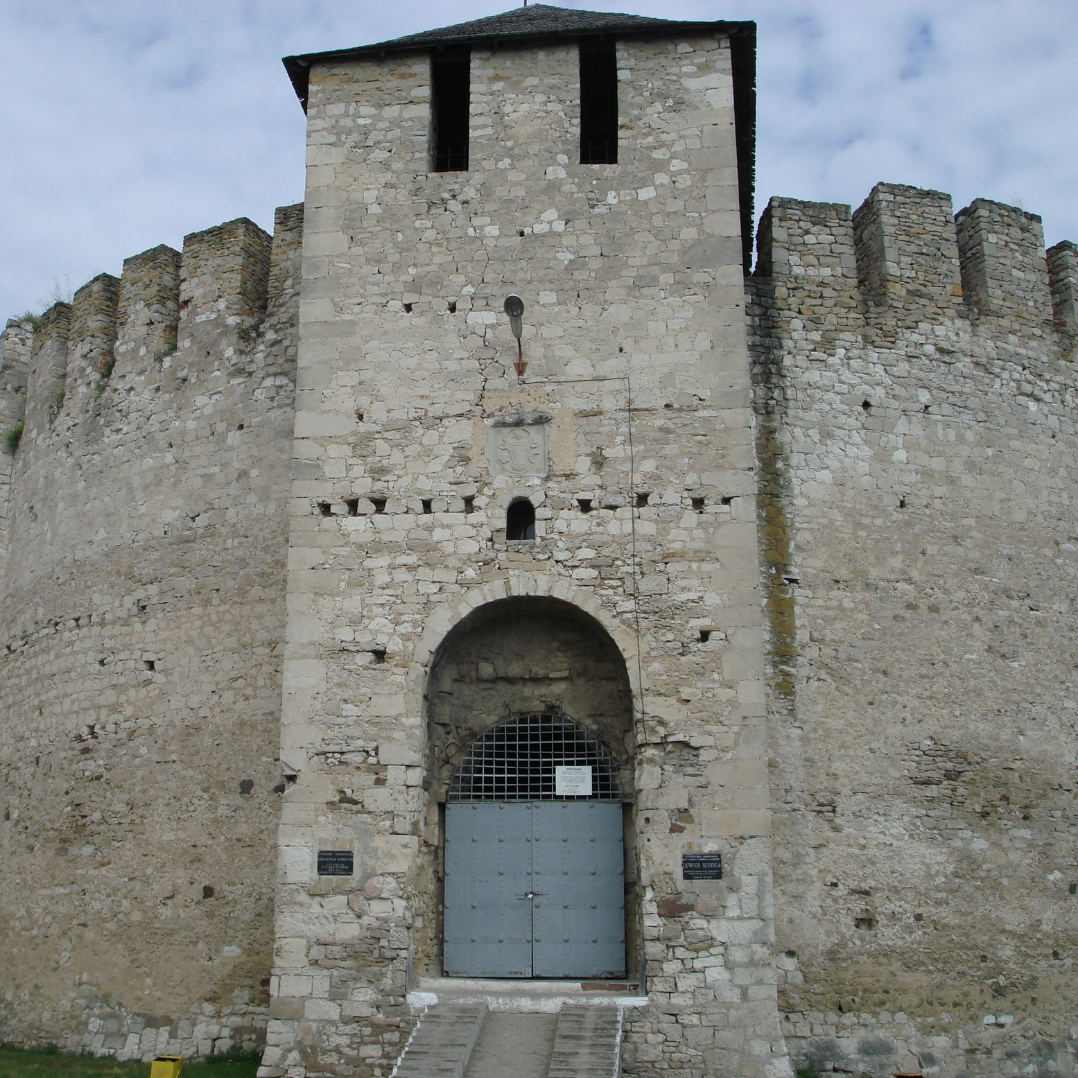 Fragment murów fortecy w Soroce z XV wieku. Fotografia współczesna.