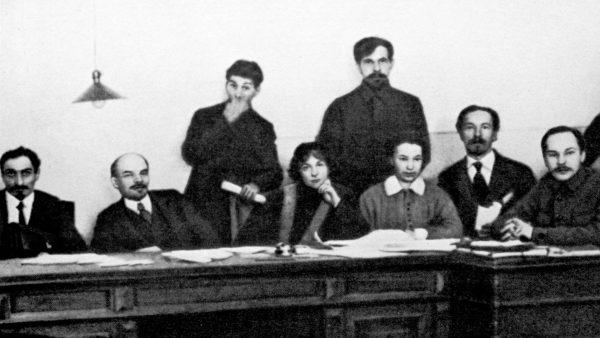 Lenin (drugi od lewej) i Stalin (stoi po jego prawicy) podczas Rady Komisarzy Ludowych w 1918 roku. Jak się zdaje już wtedy sowiecki przywódca traktował Gruzina instrumentalnie.