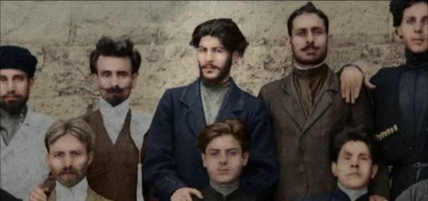 Lenin spotkał pierwszy raz Stalina w 1905 roku, ale wiele czasu musiało upłynąć, nim stali się bliskimi współpracownikami. Na zdjęciu Józef Dżugaszwili (na środku) pośród więźniów w gruzińskim Kurtaisi w 1903 roku.