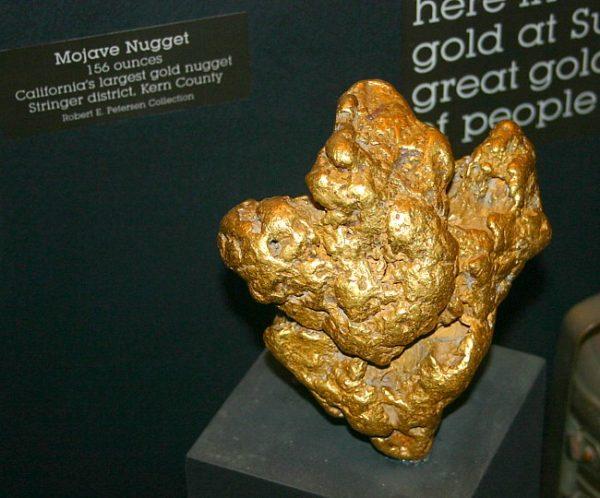 Ten kawał złota o masie prawie 5 kg został znaleziony przez indywidualnego poszukiwacza na Kalifornijskiej pustyni za pomocą wykrywacza metali. Czy zmiany w polskiej ustawie wynikają z obawy przed zagrożeniem pracy archeologów przez detektorystów?