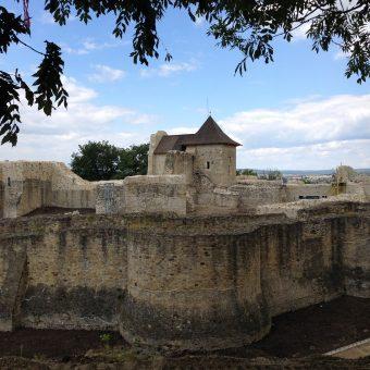 Pozostałości średniowiecznych fortyfikacji wokół Suczawy. Fotografia współczesna.