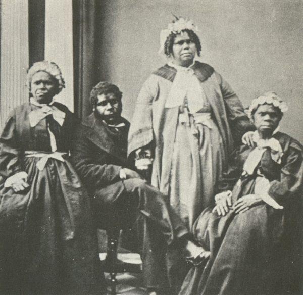 Kolonizatorzy brytyjscy przyczynili się do całkowitej zagłady tasmańskich Aborygenów. Na zdjęciu ostatnia czwórka rdzennych mieszkańców Tasmanii, w tym Truganini (siedząca po prawej), która była ostatnią żyjącą tasmańską Aborygenką.