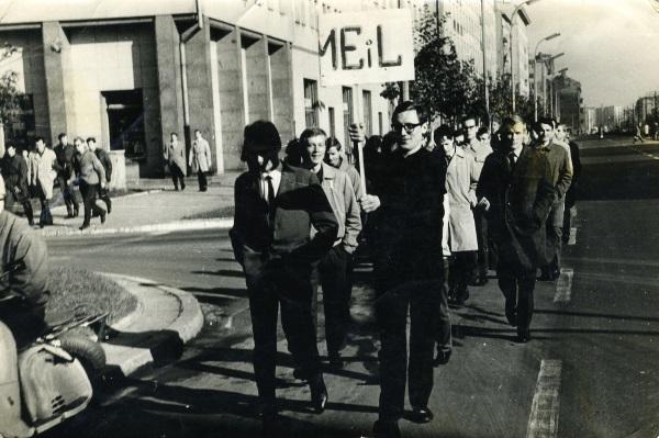 Rada Wydziałowa i członkowie ZSP na czynie społecznym, na Górze Szczęśliwickiej, prawdopodobnie w roku 1965. (Fot. Dedal. lic. GNU FDL)