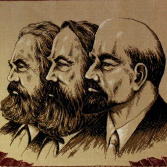 Arras przedstawiający Marksa, Engelsa i Lenina. Eksponat w Muzeum Stasi w Berlinie.