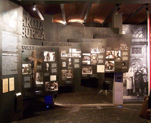 Wystawa w Muzeum Powstania Warszawskiego to nie tylko przykład doskonałego wykorzystania nowoczesnych technologii w muzealnictwie, ale także zręczna, pełna dramaturgii opowieść. Podkreśla ona polski patriotyzm i narodową martyrologię, unikając jednocześnie na przykład dyskusji o sensie zrywu i jego kosztach.