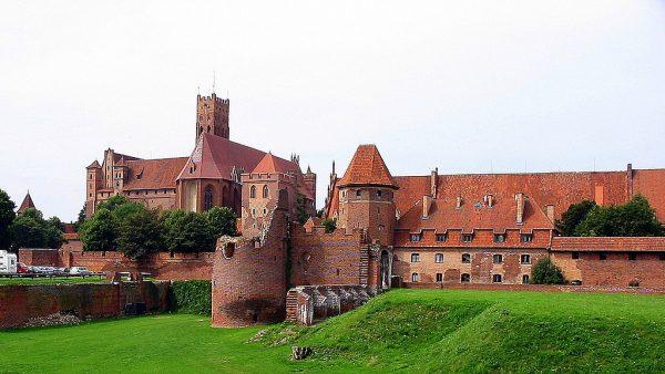 Polscy książęta, nie mogąc poradzić sobie z uciążliwym pruskim sąsiedztwem, wezwali na pomoc zakon krzyżacki. Zakonnicy rzeczywiście stosunkowo szybko podbili dotąd niezależne ziemie, doprowadzając do wyginięcia praktycznie całego narodu... i budując własne państwo.