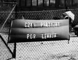 Czyn partyjny w drugiej połowie lat 70. (fot. Stiopa, lic. CC BY-SA 3.0)