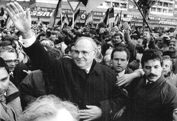 Nazywany architektem zjednoczenia Niemiec Helmut Kohl musiał wić się jak piskorz, by zapewnić bezpieczeństwo swojemu krajowi. (fot. Bundesarchiv Bild 183-1990-0301-031, lic. CC BY-SA 3.0 de)