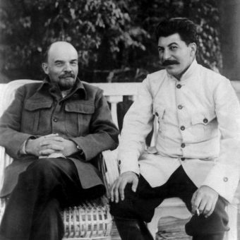 Lenin i Stalin na daczy w Gorkach we wrześniu 1922 roku. Zdjęcie wykonała Maria, młodsza siostra Lenina.