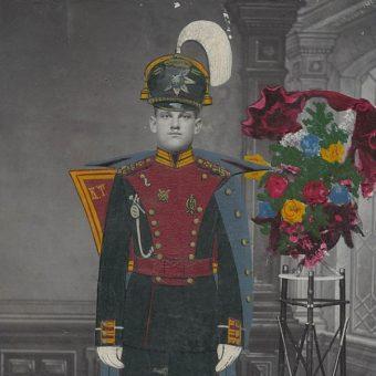 Młody mężczyzna w mundurze galowym. (fot. Muzeum Miasta Łodzi, domena publiczna)