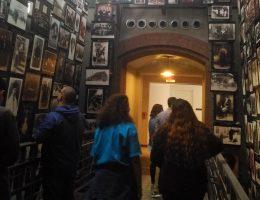 Współczesne muzea historyczne, zwłaszcza dotyczące historii najnowszej, często są ofiarami nacisków ze strony świata polityki.