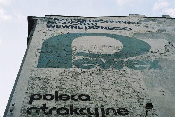 Reklama Pewexu na Wydziale Filologicznym UŁ, ul. Sienkiewicza 21 w Łodzi (fot. Krzysztof Maria Różański, lic. CC BY 2.5).