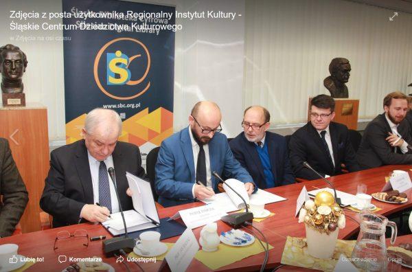 Podpisanie umowy w Bibliotece Śląskiej na zdjęciu Roberta Garstki. Screen z facebookowej strony Regionalnego Instytutu Kultury.