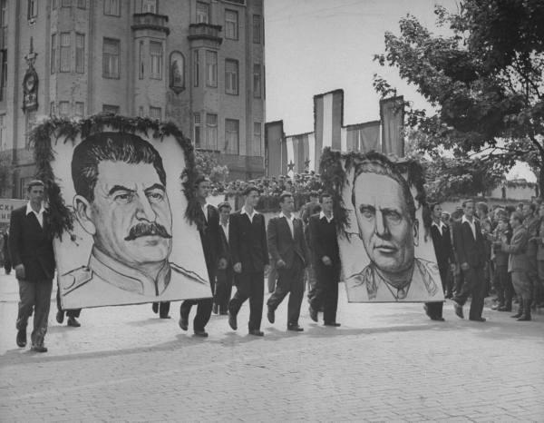 Stalin i Tito w jednym rzędzie na pierwszomajowym pochodzie w Belgradzie w 1946 roku. (fot. domena publiczna)