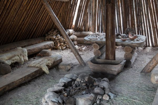Rekonstrukcja paleniska z epoki kamienia w Finlandii. (fot. Ninaras, CCA-SA 4.0 I)