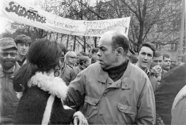 Jacek Kuroń (na zdjęciu z demonstrantami z 1989 roku) był jednym z przywódców opozycji w okresie PRL, którym władze wytoczyły słynny proces o próbę obalenia ustroju. Wraz z pozostałą dziesiątką został objęty amnestią z 22 lipca 1984 roku.