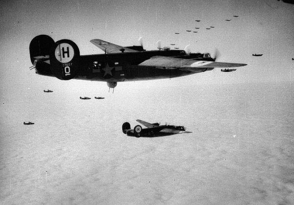 Pierwotnie pierwszym dniem ataku na Berlin 8. Armii Powietrznej USA miał być 3 marca 1944 roku, jednak z powodu złej pogody akcję odwołano. Celem zastępczym wyznaczono port w Wilhelmshaven. W wyniku ostrzału Amerykanie stracili 9 B-17 i dwa B-24. Mimo tego rosnąca liczba amerykańskich bombowców tak przerastała liczbę niemieckich myśliwców, że nie były one w stanie powstrzymać lotniczej ofensywy. Na zdjęciu formacja B-24 w drodze do celu.