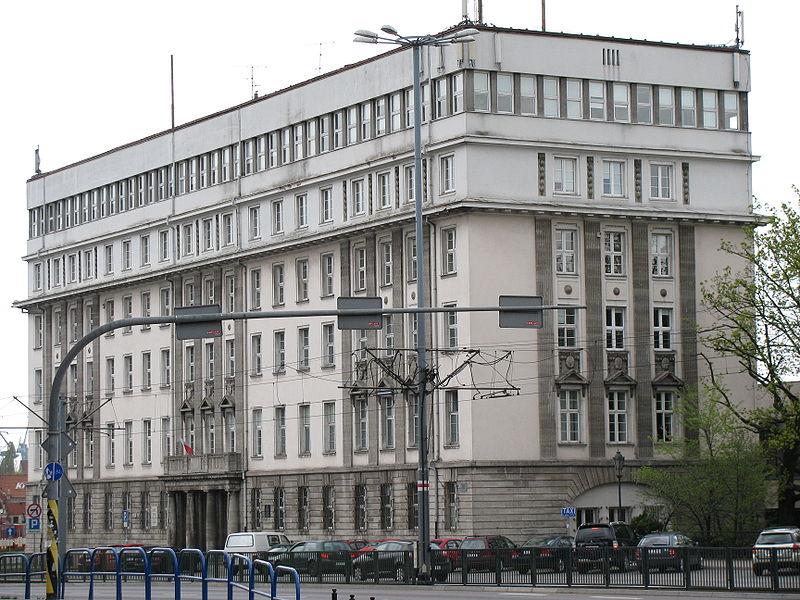 Wprowadzenie stanu wojennego było nie tylko prawnym naruszeniem Konstytucji PRL, ale i godziło w wolności oraz prawa człowieka i obywatela. Na zdjęciu dawny gmach Komitetu Wojewódzkiego PZPR w Gdańsku, w pobliżu którego 17 grudnia 1981 milicja ostrzelała demonstrantów z karabinów maszynowych.