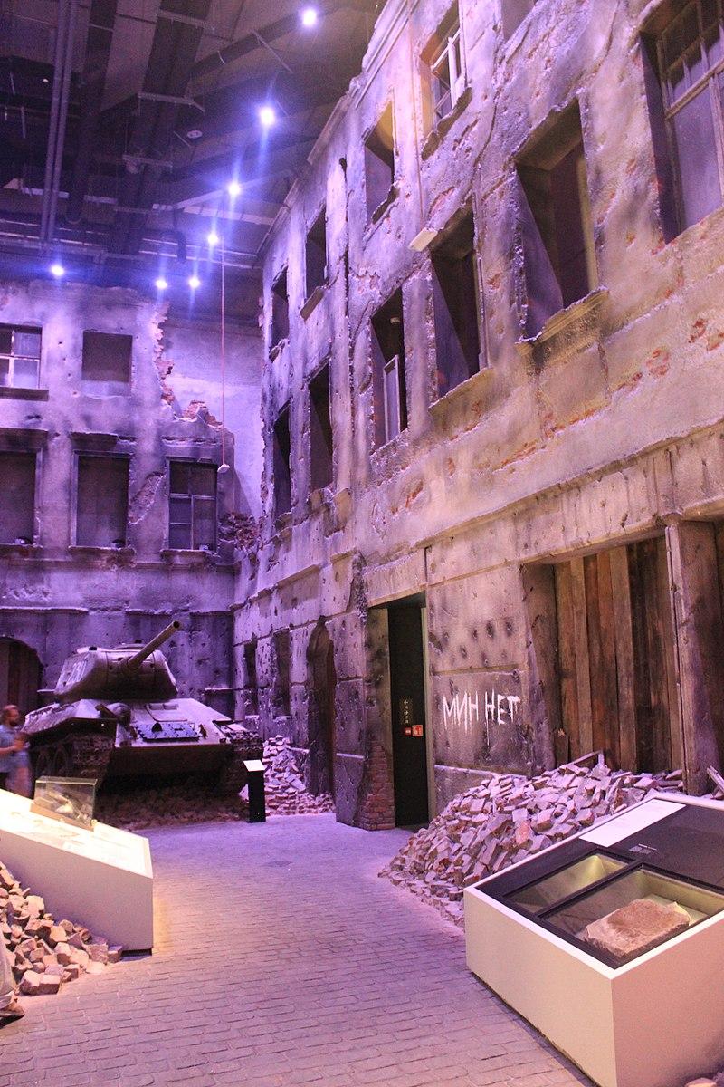 Fragment wystawy głównej w Muzeum II Wojny Światowej w Gdańsku. Celem instytucji było nie tylko upowszechnienie wiedzy o II wojnie światowej, ale i stworzenie nowoczesnego muzealnego obiektu zarówno pod względem formy, jak i prowadzonej działalności wystawienniczej, edukacyjnej i badawczej.